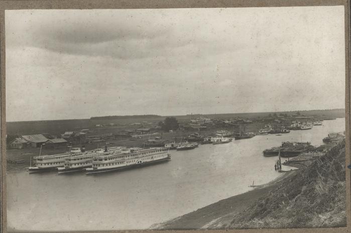 Буксирные пароходы у берега г. Тюмени